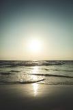 Puesta del sol hermosa sobre el océano Salida del sol en el mar Foto de archivo