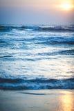 Puesta del sol hermosa sobre el océano Salida del sol en el mar Imágenes de archivo libres de regalías