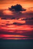 Puesta del sol hermosa sobre el océano Salida del sol en el mar Fotos de archivo libres de regalías