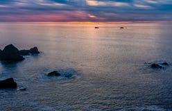 Puesta del sol hermosa sobre el Pacífico Foto de archivo