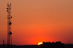 Puesta del sol hermosa sobre el paisaje urbano Foto de archivo