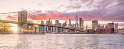 Puesta del sol hermosa sobre el puente de Brooklyn en New York City fotografía de archivo libre de regalías