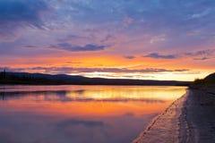 Puesta del sol hermosa sobre el río de Yukon cerca de la ciudad de Dawson foto de archivo libre de regalías