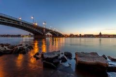 Puesta del sol hermosa sobre el río del Rin/de Rhin y el puente viejo en tubería Foto de archivo libre de regalías
