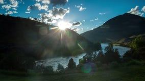 Puesta del sol hermosa sobre el río en montains almacen de metraje de vídeo
