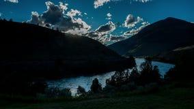 Puesta del sol hermosa sobre el río en montains metrajes