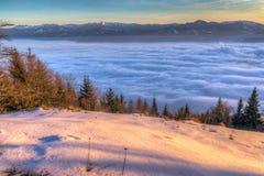 Puesta del sol hermosa sobre el valle de niebla fotos de archivo