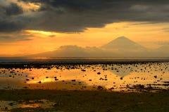 Puesta del sol hermosa sobre el volcán Agung, Bali por Trawangan islan imagen de archivo