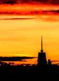 Puesta del sol hermosa sobre la ciudad con el cielo vivo y la estructura de la belleza Imagen de archivo
