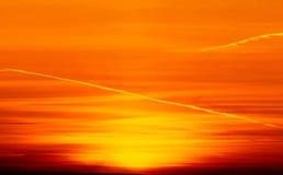 Puesta del sol hermosa sobre la ciudad con el cielo vivo y la estructura de la belleza Fotografía de archivo