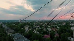 Puesta del sol hermosa sobre la ciudad de la altura del piso pasado almacen de metraje de vídeo