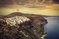 Puesta del sol hermosa sobre la ciudad de Fira, isla de Santorini imagenes de archivo