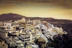 Puesta del sol hermosa sobre la ciudad de Fira, isla de Santorini foto de archivo libre de regalías