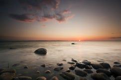 Puesta del sol hermosa sobre la costa costa sueca Fotos de archivo