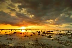 Puesta del sol hermosa sobre la isla del volcán de Bali Agung en los vagos fotografía de archivo