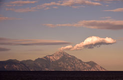Puesta del sol hermosa sobre la montaña foto de archivo libre de regalías