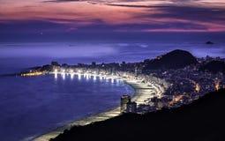 Puesta del sol hermosa sobre la playa de Copacabana en Rio de Janeiro foto de archivo