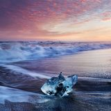 Puesta del sol hermosa sobre la playa famosa del diamante, Islandia Esta playa de la lava de la arena es llena de muchas gemas gi foto de archivo