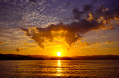 Puesta del sol hermosa sobre la presa en el parque nacional de Kaeng Krachan, provincia de Phetchaburi, Tailandia Foto de archivo libre de regalías