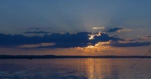 Puesta del sol hermosa sobre la superficie lisa de un lago almacen de video