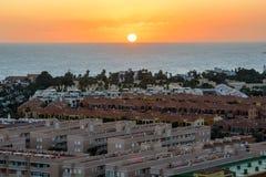Puesta del sol hermosa sobre Las Galletas Canario, Tenerife imagen de archivo libre de regalías