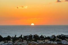 Puesta del sol hermosa sobre Las Galletas Canario, Tenerife fotografía de archivo libre de regalías