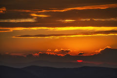 Puesta del sol hermosa sobre las montañas Imagen de archivo