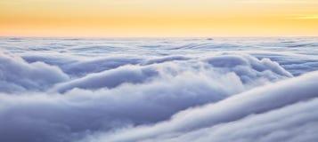 Puesta del sol hermosa sobre las nubes Fotografía de archivo libre de regalías