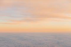 Puesta del sol hermosa sobre las nubes de los aviones Imagenes de archivo