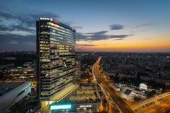 Puesta del sol hermosa sobre las oficinas financieras de Bucarest imagen de archivo