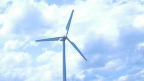 Puesta del sol hermosa sobre los molinoes de viento en el campo Molino de viento contra el cielo azul con el movimiento en cuchil Foto de archivo libre de regalías