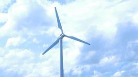 Puesta del sol hermosa sobre los molinoes de viento en el campo Molino de viento contra el cielo azul con el movimiento en cuchil Imagen de archivo libre de regalías