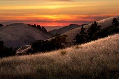 Puesta del sol hermosa sobre los valles de California Fotografía de archivo