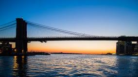 Puesta del sol hermosa sobre Manhattan con el puente de Manhattan y de Brooklyn foto de archivo libre de regalías