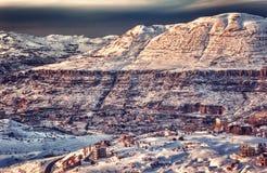 Puesta del sol hermosa sobre paisaje del invierno Foto de archivo