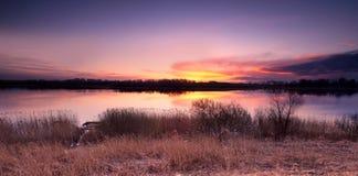 Puesta del sol hermosa sobre paisaje del lago de la primavera Fotos de archivo