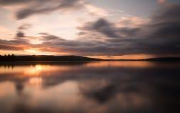 Puesta del sol hermosa sobre un lago natural sueco imagen de archivo libre de regalías