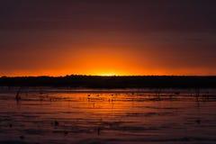 Puesta del sol hermosa un lago pacífico fotos de archivo libres de regalías