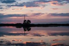 Puesta del sol hermosa del verano en el río con las nubes, reflejando en agua Imágenes de archivo libres de regalías