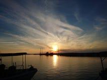 Puesta del sol hermosa y barcos Foto de archivo
