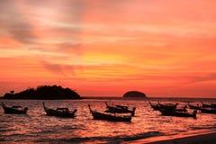 Puesta del sol hermosa y barcos de pesca locales en la playa en el isla de Lipe Fotos de archivo