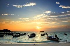 Puesta del sol hermosa y barcos de pesca locales tailandeses en la playa en Lipe Imágenes de archivo libres de regalías