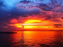 Puesta del sol hermosa y cielo de la oscuridad imagen de archivo libre de regalías