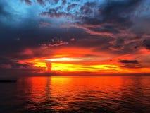 Puesta del sol hermosa y cielo de la oscuridad fotografía de archivo libre de regalías