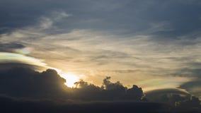 Puesta del sol hermosa y cielo iridiscente colorido Imágenes de archivo libres de regalías