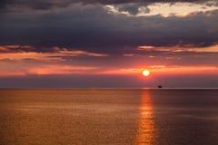 Puesta del sol hermosa y cielo rojo dramático cerca de Génova Foto de archivo libre de regalías