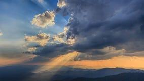 Puesta del sol hermosa y haz luminoso Foto de archivo libre de regalías