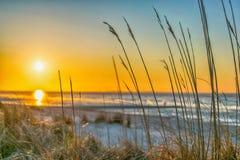 Puesta del sol hermosa y playa en Alemania Imágenes de archivo libres de regalías