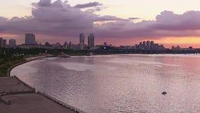 Puesta del sol del horizonte en el río Han en Seúl almacen de video
