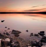 Puesta del sol idílica sobre la agua de mar Fotografía de archivo